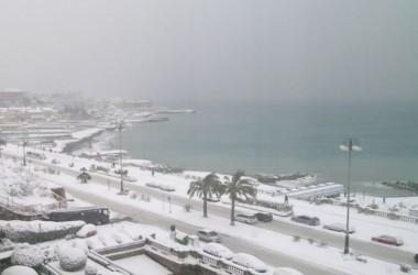 Arriva l'inverno GLACIALE: Neve in molte città, anche a Napoli.