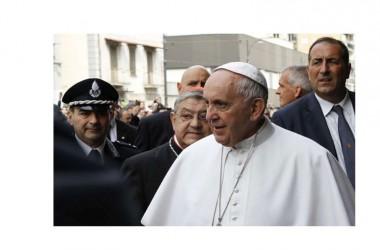 """Francesco a Napoli, il papa va nelle periferie: """"Reagite, la corruzione 'spuzza'"""""""
