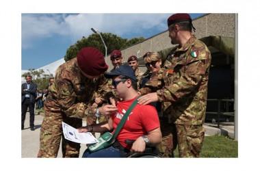 I paracadutisti dell'esercito in campo con i diversamente abili alla Folgore No limits