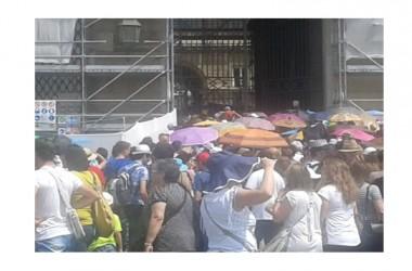 Reggia di Caserta bloccata da un'assemblea, la polizia soccorre i turisti in fila