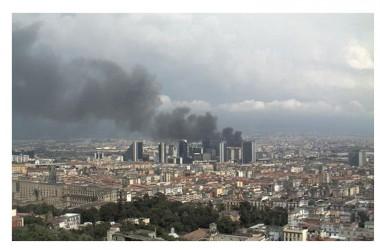 Nubifragio Napoli: fulmine incendia abitazione, crolli e danni