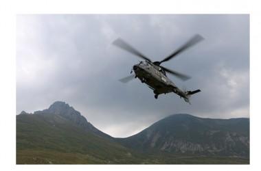 Kosovo: elicotteri di KFOR impegnati nello spegnimento di un vasto incendio