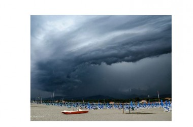 """Meteo, arriva la """"burrasca di Ferragosto"""": attesi temporali da nord a sud. Temperature in picchiata"""