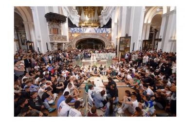 Folla ai funerali del giovane Gennaro, strappato striscione anticamorra