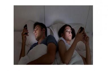 Smartphone o tablet a letto: pessima idea. Uno studio norvegese assicura: effetti negativi per il nostro cervello
