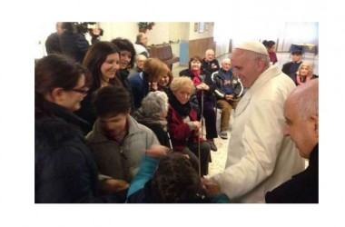 Il Papa visita a sorpresa una casa di riposo