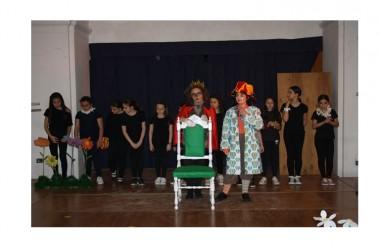 """Successo spettacolo """"Il Bosco di Fantàsia, Uno per tutti, tutti per il trono"""" degli studenti della scuola Mazzini"""