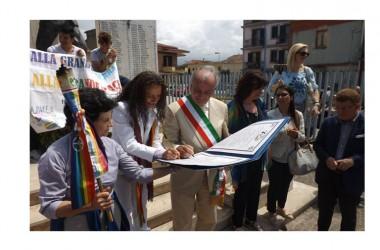 """Fiaccola della Pace: Il Sindaco Gravante firma il """"Patto di Pace"""" . La Città riceve la nomina di """"Città per la Pace del III Millennio"""""""