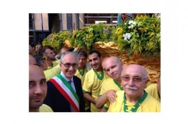 Caserta. Il sindaco Carlo Marino partecipa alla Messa celebrata dal Vescovo. Poi si unisce agli accollatori e porta per un tratto la statua a spalla