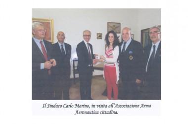 Il Sindaco Carlo Marino, in visita all'Associazione Arma Aeronautica cittadina.