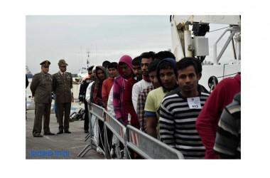 Il Colonnello capuano Fiore allo sbarco dei circa 500 migranti al Molo Beverello di Napoli