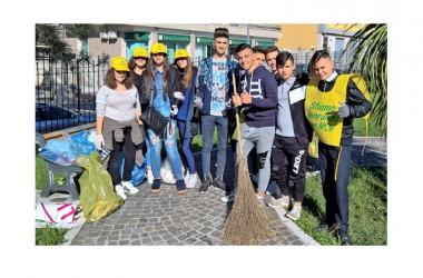 Puliamo il mondo: gli studenti del 'Villaggio' scendono in piazza a Maddaloni a difesa dell'ambiente