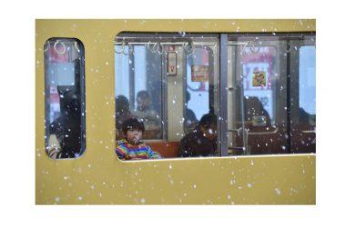 Le foto della prima, insolita, neve in Giappone