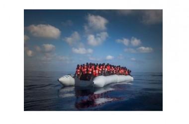 Migranti: ennesimo naufragio al largo delle coste della Libia. Un gommone affonda, 12 morti e diversi dispersi in mare. Al momento sono state salvate 29 persone, ma a bordo ve ne erano altri.