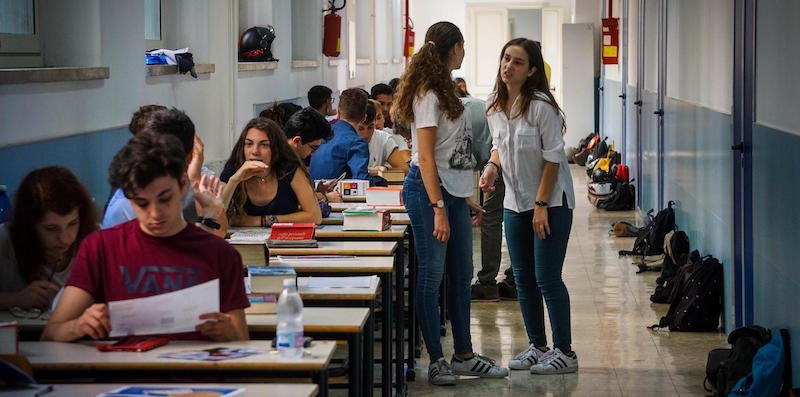 Un momento degli esami di maturit‡ al liceo scientifico Giuseppe Mercalli, Napoli, 21 giugno 2017. ANSA/CESARE ABBATE