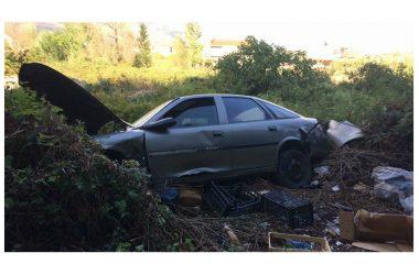 Auto abbandonata e rifiuti