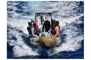Migranti, naufragio al largo delle coste della Libia. Un gommone diretto in Italia affonda, 23 morti e diversi dispersi in mare.