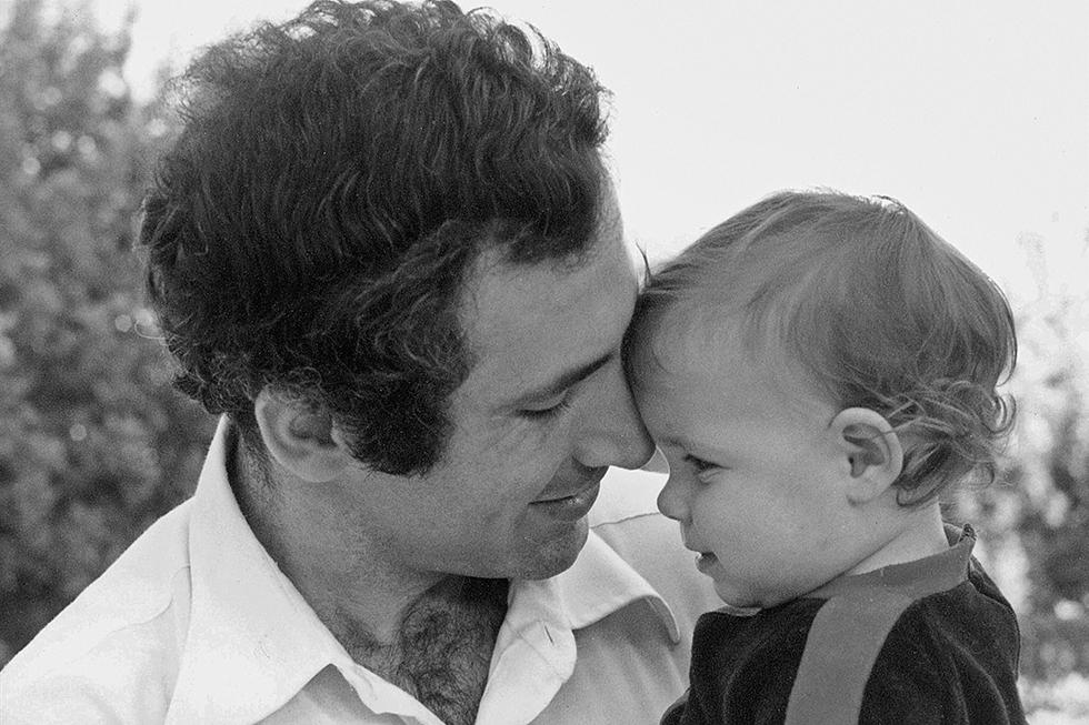 Benjamin Netanyahu, poi primo ministro israeliano, con sua figlia Noa nel 1980 (GPO via Getty Images)
