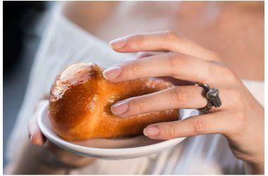 """""""L'oro di Napoli"""", artigianato e cultura gastronomica nei gioielli di Flavio Toro: pizza, tarallo e babà su anelli e collane"""
