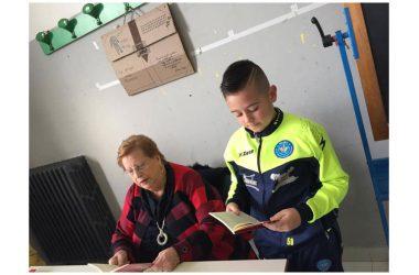 """Matilde Maisto con il suo libro """"Dal mio cuore al tuo"""" con i bambini del plesso dell'Istituto Comprensivo Statale """"G. Garibaldi"""""""