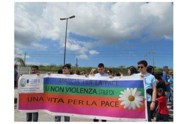 Grande accoglienza studentesca per l'arrivo della Fiaccola della Pace a Cancello ed Arnone(CE), che ha infiammato il cuore dei giovanissimi e riconfermato il Patto di Pace