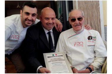 Il decano dei pizzaiuoli napoletani, Vincenzo Capasso, festeggia i 90 anni Attestato di riconoscimento della Consulta