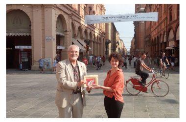 Bologna 2 Agosto 1980-2020. Francobollo P. T.  emesso dal MISE su bozzetto di Lucia Baldrati.