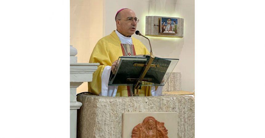 """Il Vescovo Pietro Lagnese celebra la Messa """"in  memoria"""" di Don Salvatore d'Angelo"""", sacerdote e fondatore del Villaggio dei  Ragazzi"""