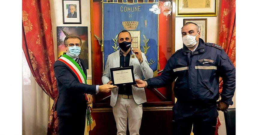 Il sindaco Ambrosca premia il campione di tiro a piattello Marco Cuomo