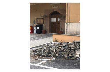 Roccagiovine, sampietrini abbandonati e immondizia sotto gli occhi del Sindaco