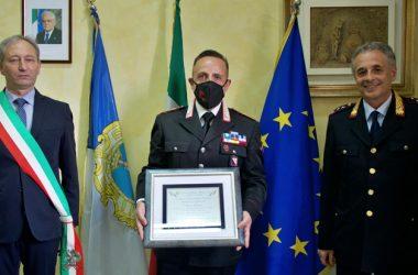 Il Sindaco Andrea Pirozzi saluta il Comandante della Stazione dei Carabinieri.