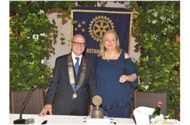 Cambio del collare al Rotary Club Caserta Terra di Lavoro 1954. Silvana Gramegna passa il testimone a Giusto Nardi